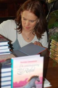100.000 boeken! Stel je voor dat ik die allemaal zou signeren, dan was ik de rest van mijn leven bezig!